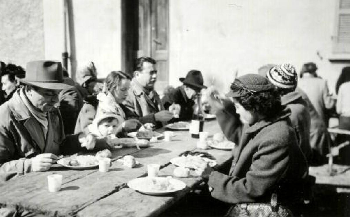 Pranzo in piazza al carnevale di Tesserete nel 1954.